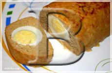 Мясной рулет, фаршированный яйцами