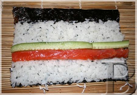 Суши маки с лососем и огурцом. Шаг 3