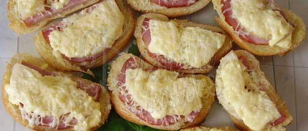 Бутерброды с ананасом и ветчиной
