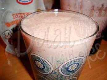 Холодный молочный напиток с земляникой