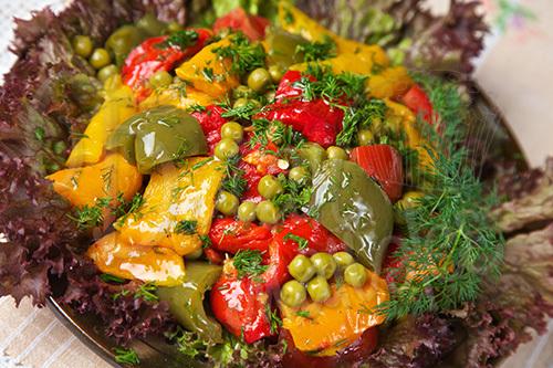 салат с горошком, красным перцем и ветчиной