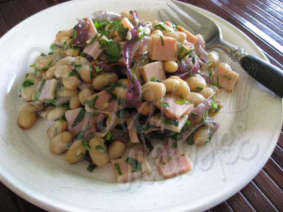 Салат с фасолью, ветчиной и мятой