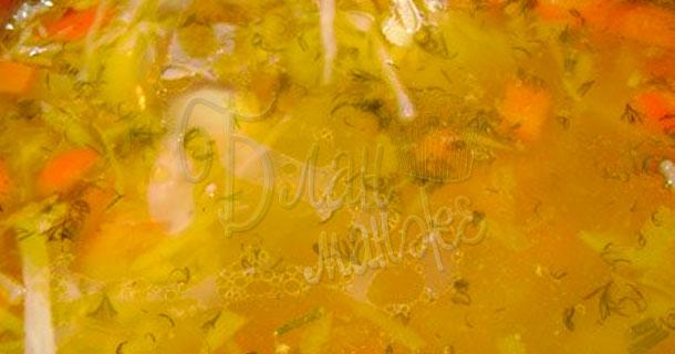 Золотистый бульон с кислой капустой